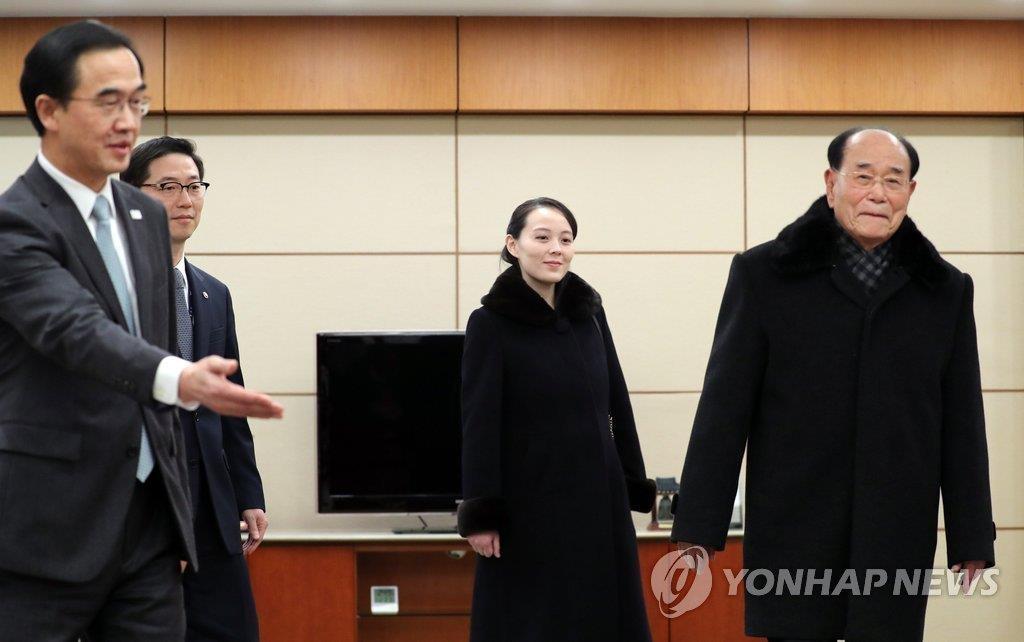 2月9日,朝鲜最高人民会议常委会委员长金永南(右一)、劳动党中央委员会第一副部长金与正(右二)乘专机抵韩,统一部长官赵明均(左一)亲自迎接。(韩联社)