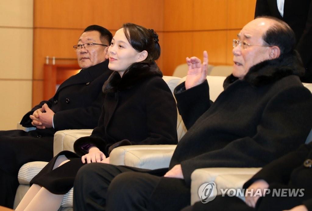 2月9日,在仁川机场贵宾室,金永南(右一)、金与正(中)和朝鲜国家体育指导委员会委员长崔辉与韩方官员交谈。(韩联社)
