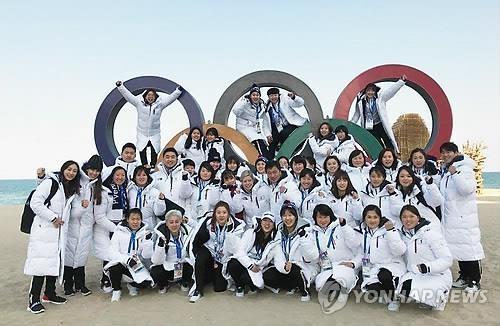 资料图片:2月8日,在江陵镜浦海边,韩朝女子冰球联队合影留念。(韩联社)