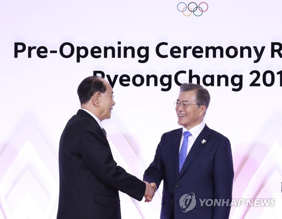 2月9日,在平昌,文在寅(右)与金永南握手互致问候。(韩联社)