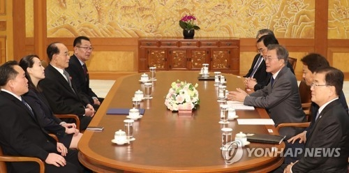 2月10日上午,在韩国青瓦台,文在寅(右排中间)接见朝鲜高级别代表团一行。(韩联社)