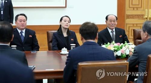 2月10日上午,在韩国青瓦台,文在寅接见朝鲜高级别代表团一行。左起依次为李善权、金与正和金永南。(韩联社)