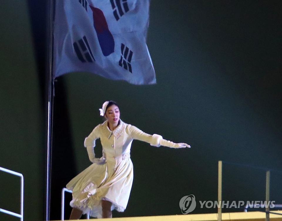 2月9日,在平昌冬奥会开幕式上,金妍儿正在表演。(韩联社)
