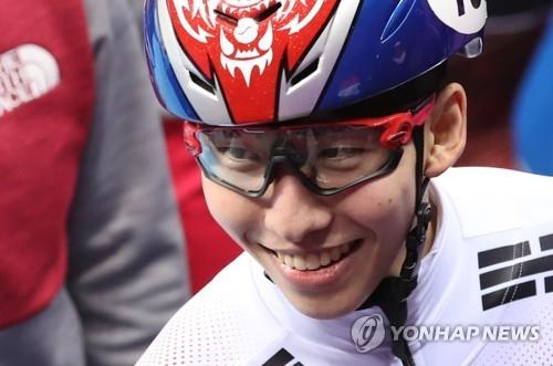 2月10日,在江陵冰上运动场进行的平昌冬奥会短道速滑男子1500米决赛中,韩国选手林孝俊摘金后笑对镜头。(韩联社)