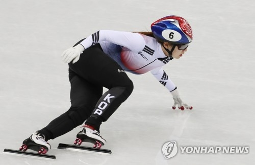 2月10日下午,在江陵冰球运动场,崔珉祯全力比赛。(韩联社)