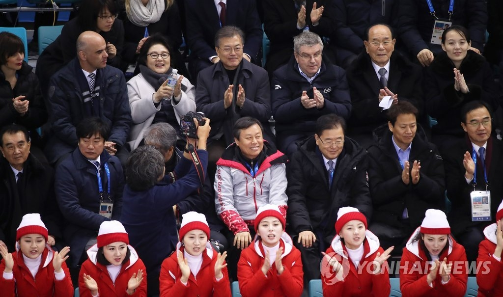 2月10日下午,在江陵关东冰球中心,韩国总统文在寅(后排左三)和朝鲜最高人民会议常任委员会委员长金永南(后排右二)、朝鲜中央委员会第一副部长金与正(后排右一)一同观看韩朝女子冰球联队对阵瑞士的比赛。(韩联社)