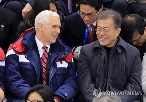 2月10日,韩国总统文在寅(右)与美国副总统彭斯现身江陵冰上运动场,观看平昌冬奥会短道速滑比赛。(韩联社)