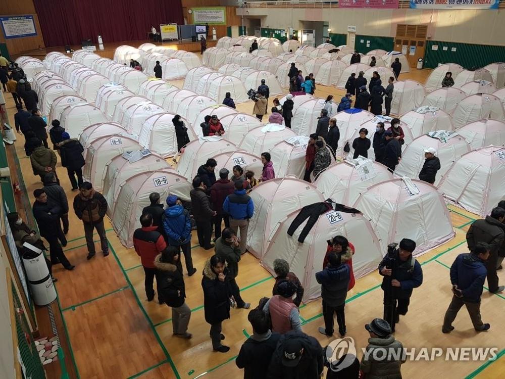 2月10日,浦项地区发生4.6级规模地震,本次地震为去年11月15日在浦项发生的5.4级地震的余震,图为距离震中较近的一体育馆内,灾民们坐立不安。(完)