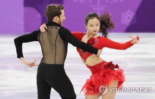 2月11日上午,在韩国江原道江陵冰上运动场,闵有拉(右)和亚历山大·干默林在比赛中。(韩联社)