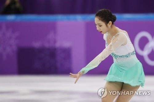 2月11日,在江原道江陵冰上运动场,崔多彬参加团体赛女单短节目。(韩联社)
