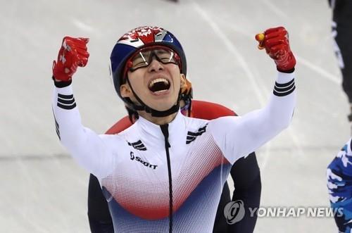 2月10日,在江陵冰上运动场,林孝俊在平昌冬奥会短道速滑男子1500米决赛中夺冠后欢呼。(韩联社)