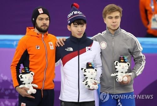 2月10日,在江陵冰上运动场,平昌冬奥会短道速滑男子1500米项目金牌得主林孝俊(中)与银牌得主荷兰选手克奈格特(左)、铜牌得主俄罗斯奥林匹克选手叶利斯特拉托夫站在领奖台上。(韩联社)