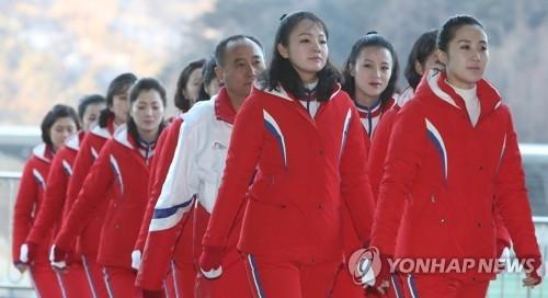 2月12日,在江原道麟蹄SPEEDIUM国际赛车场,住在赛场住宿设施的朝鲜拉拉队排队去吃早餐。(韩联社)