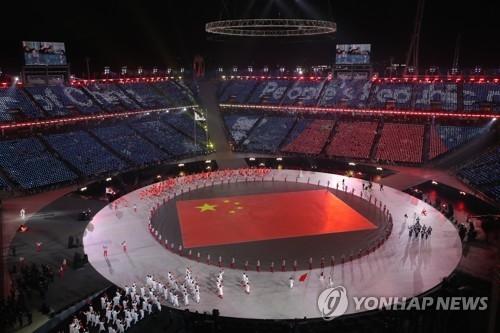 资料图片:2月9日,在江原道平昌,中国体育代表团在平昌冬奥会开幕式上入场。(韩联社)
