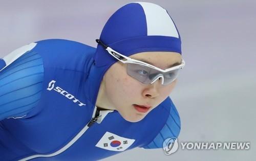 2月12日,在江陵速滑馆,韩国选手卢善英正在参加平昌冬奥速滑女子1500米的比赛。(韩联社)