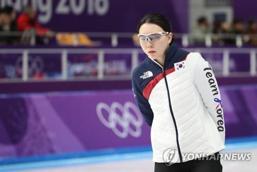 2月12日,在江陵速滑馆,参加平昌冬奥速滑女子1500米比赛的韩国选手卢善英在热身。(韩联社)