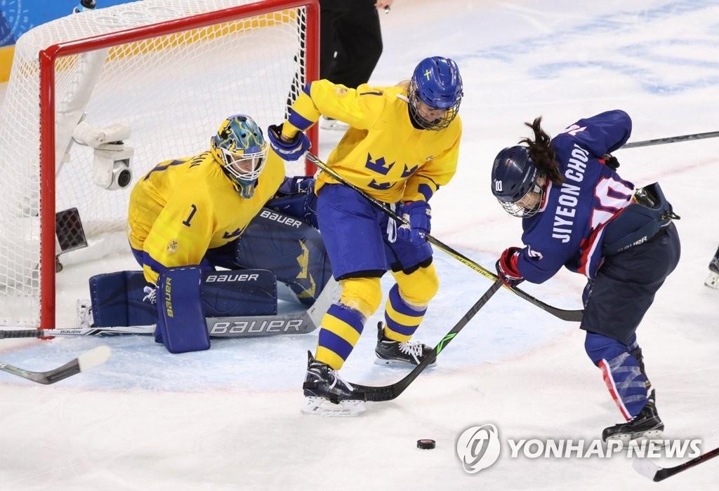 2月12日,在江原道关东冰球中心,韩朝女子联队和瑞典队正在比赛中。(韩联社)
