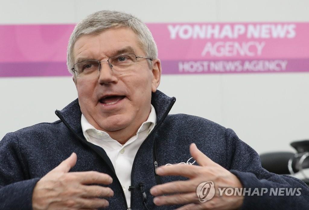资料图片:2月12日下午,在江原道平昌冬奥主新闻中心,国际奥委会(IOC)主席巴赫访问韩国联合通讯社的工作间,并接受采访。(韩联社)