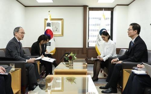 2月13日,在中央政府首尔办公大楼,统一部副部长千海成(右)与日本驻韩大使长岭安政交谈。(韩联社/统一部提供)