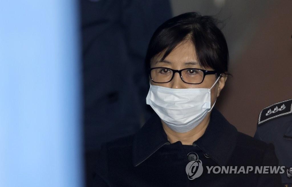 2月13日下午,在首尔瑞草区的首尔中央地方法院,崔顺实走向法庭接受一审判决。(韩联社)