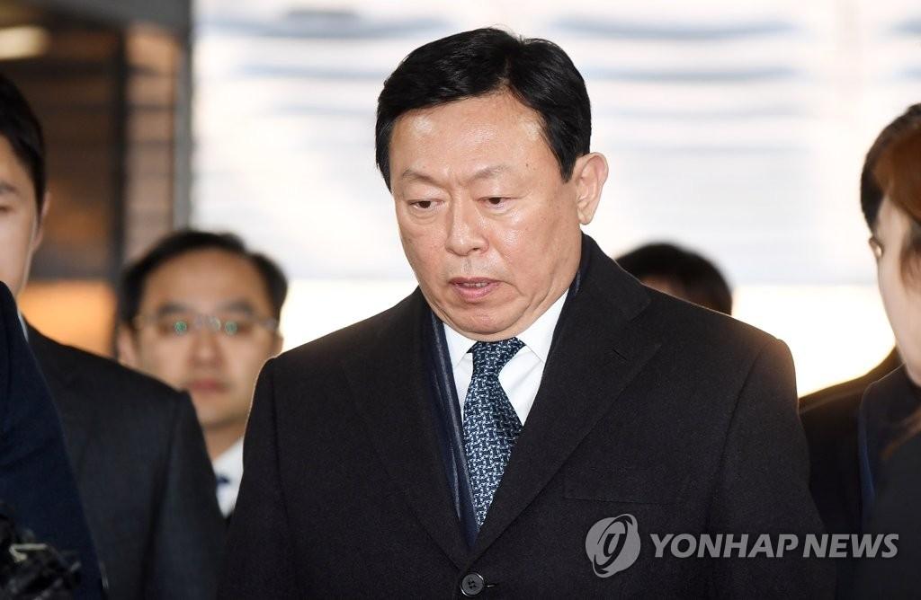2月13日下午,在首尔瑞草区的首尔中央地方法院,乐天集团会长辛东彬走向法庭接受判决。(韩联社)
