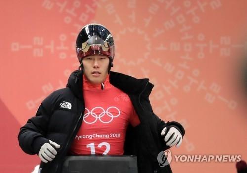 2月13日,在平昌奥林匹克滑行中心,尹诚彬参加赛前公开训练。(韩联社)