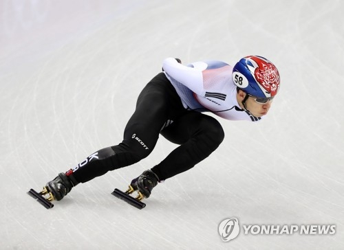 韩国选手黄大宪正在参加平昌冬奥会短道速滑男子1000米预赛。(韩联社)