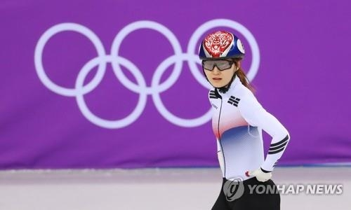 崔珉祯在比赛结束后与教练对望。(韩联社)
