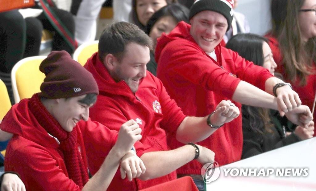 2月13日下午,江陵冰壶中心的观众席上,观众大跳马舞。(韩联社)
