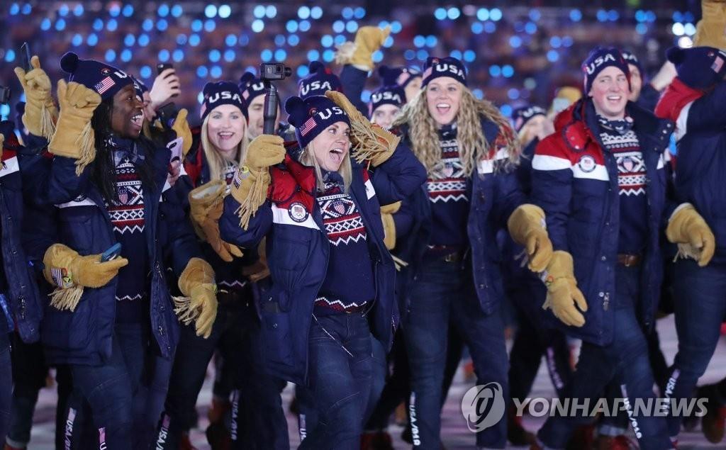 平昌冬奥会开幕式上,美国选手入场跟着K-POP节拍入场。(韩联社)
