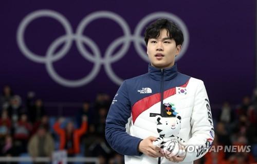 金民锡站在领奖台上。(韩联社)