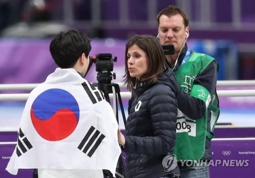金民锡身披国旗接受外媒采访。(韩联社)