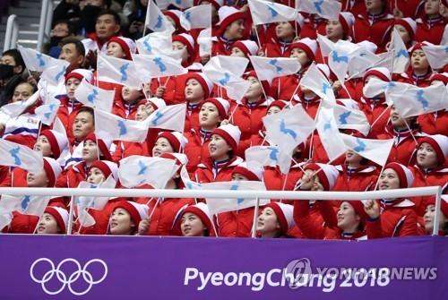 资料图片:2月14日,在江陵冰上运动场,朝鲜拉拉队为朝鲜花滑双人滑运动员加油助威。(韩联社)