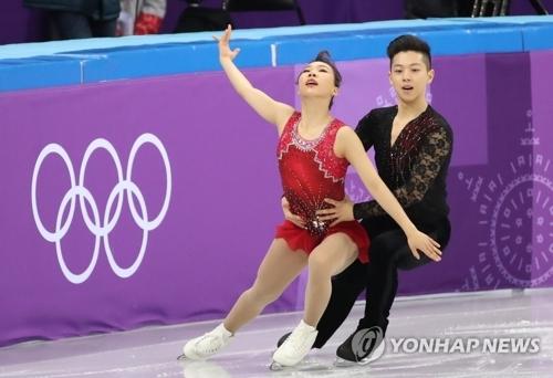 韩国双人滑选手金奎訚(左)、甘强灿进行短节目表演。(韩联社)
