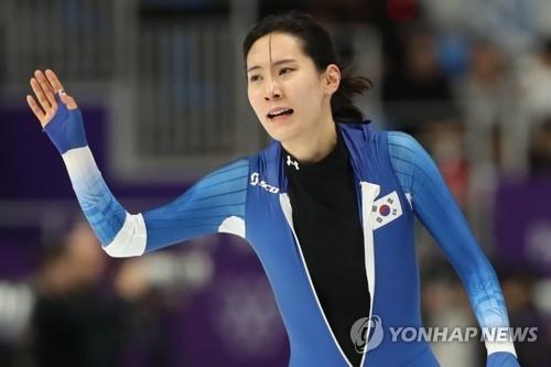 韩国选手金贤荣在比赛结束后向现场观众挥手致意。(韩联社)
