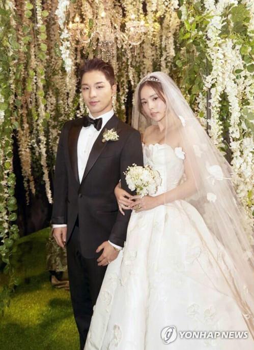 资料图片:太阳与闵孝琳结婚照(韩联社/YG娱乐提供)
