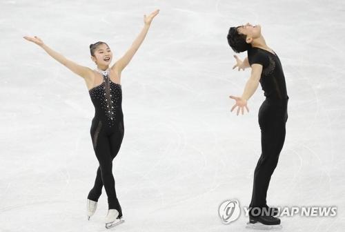 2月15日,在江陵冰上运动场进行的平昌冬奥花样滑冰双人滑自由滑比赛中,朝鲜选手廉黛玉、金主植进行表演。(韩联社)