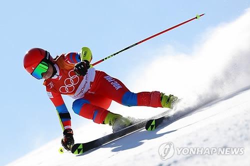 比赛中的朝鲜滑雪选手金莲香(韩联社)