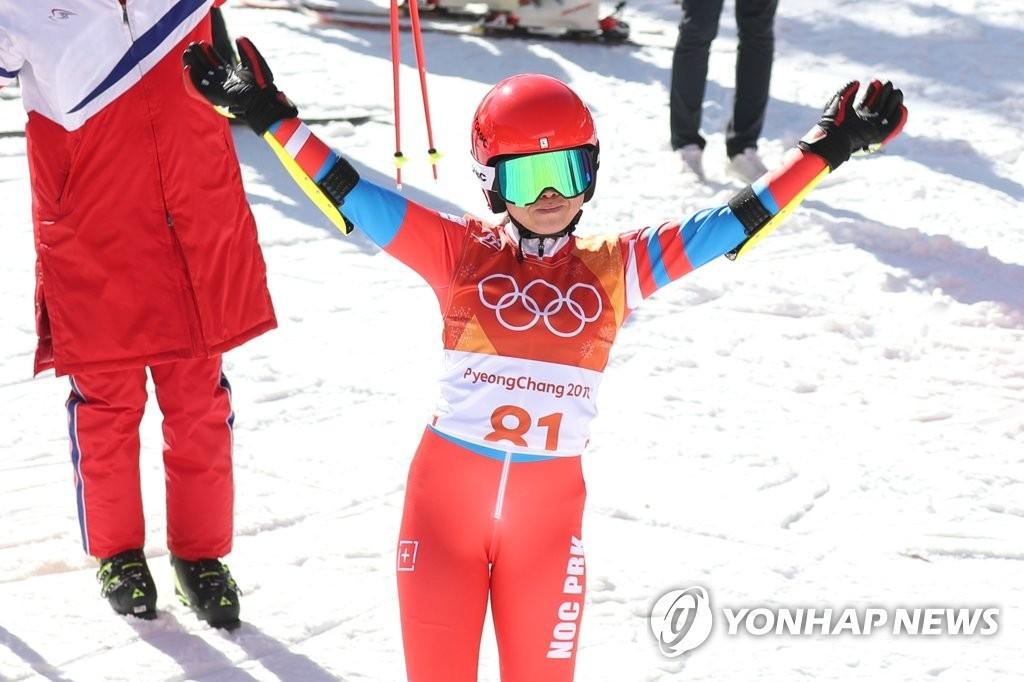 朝鲜滑雪选手金莲香赛后挥手示意(韩联社)