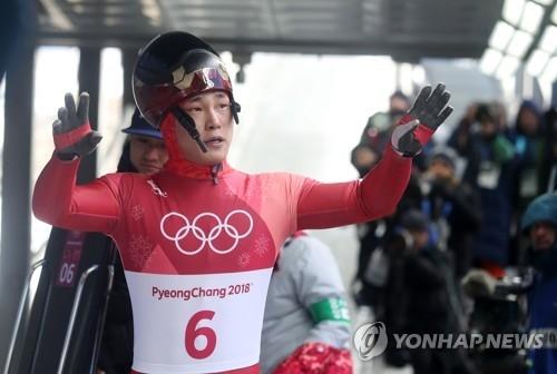 尹诚彬在完成第三轮滑行后向现场观众挥手。(韩联社)