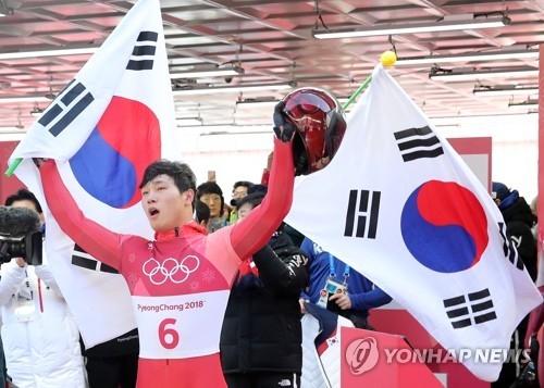 比赛结束后,尹诚彬向观众挥手致意。(韩联社)