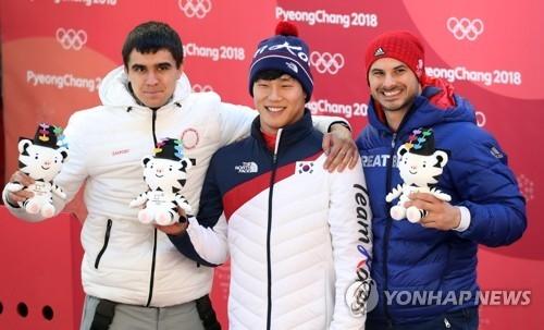 尹诚彬(中)与银铜牌得主站在领奖台上。(韩联社)