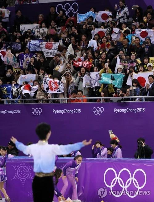 2月16日,在江陵冰上运动场举行的2018平昌冬奥会花滑男单短节目中,因伤仅参加了本赛季一站国际比赛的日本冰上王子羽生结弦获得111.68的高分,排名第一。图为羽生结弦完成表演后向观众示意。(韩联社)