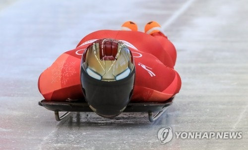 2月15日,在平昌奥林匹克滑行中心,韩国选手尹诚彬在进行平昌冬奥会钢架雪车男子单人项目第一轮滑行。(韩联社)