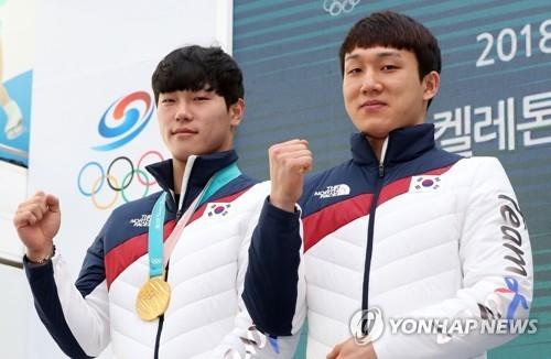 尹诚彬(左)和金志洙在记者会上接受媒体拍照。(韩联社)