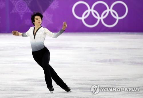 2月17日,在江原道江陵冰上运动场,韩国花样滑冰运动员车俊焕参加平昌冬奥花滑男单自由滑项目比赛,上演唯美表演。(韩联社)