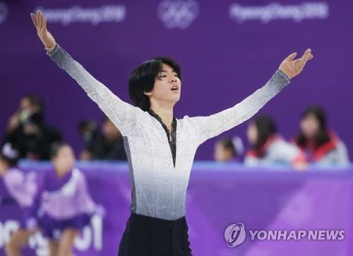 2月17日,在江原道江陵冰上运动场,韩国花样滑冰运动员车俊焕在自由滑节目表演结束后向观众致意。(韩联社)
