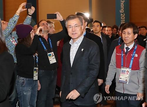 2月17日,韩国总统文在寅(右二)访问平昌冬奥会主新闻中心。(韩联社)