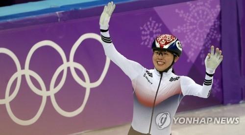 金雅朗在比赛结束后向观众挥手致意。(韩联社)