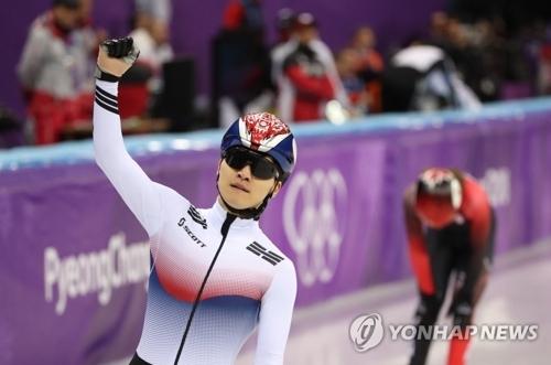 2月17日,在江陵冰上运动场,韩国选手徐怡拉在刚刚结束的平昌冬奥会短道速滑男子1000米决赛中摘取铜牌并单手握拳向观众举手致意。(韩联社)
